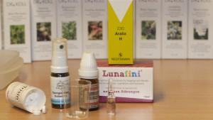 Detailaufnahme Homöopathiepräparate verschiedener Hersteller und Arten